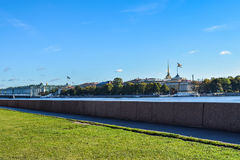 大学堤防在圣彼得堡,俄罗斯 免版税库存图片