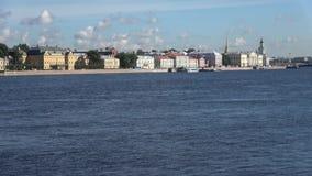大学堤防的看法,晴朗的威严的早晨 桥梁okhtinsky彼得斯堡俄国圣徒 股票视频