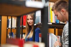 大学生在图书馆里 免版税图库摄影
