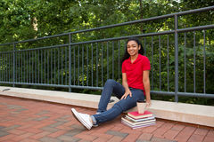 大学生外面在校园里 免版税库存图片