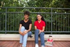 2大学生外面在校园里 免版税库存照片