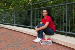 大学生外面在校园里 免版税图库摄影