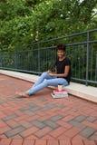 大学生外面在校园里 库存照片