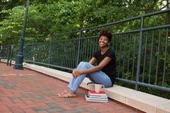 大学生外面在校园里 免版税库存照片