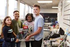 大学生画象运载机器或设计类的在科学机器人学方面 库存照片