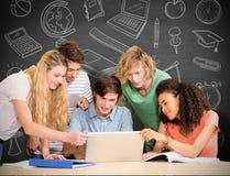 大学生的综合图象使用膝上型计算机的在图书馆 免版税库存照片