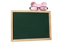 大学生财务教育基金概念,与小空白的黑板的存钱罐佩带的玻璃,被隔绝 免版税库存照片