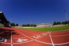 大学阶段有跑马场的橄榄球场 免版税图库摄影