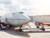大客机在准备好的机场停放了飞行 罐车,在阳光背景的隧道  库存照片
