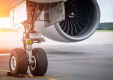 大客机特写镜头高详细的视图前面起落架  免版税库存照片