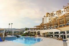 大室外豪华游泳池周围和旅馆依靠 库存照片