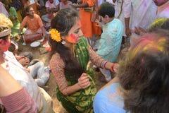 大家享用Holi,印度的颜色节日 免版税库存图片