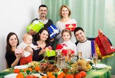 大家庭在欢乐桌上 库存照片