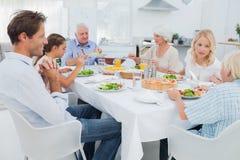 大家庭在饭桌上 免版税库存图片