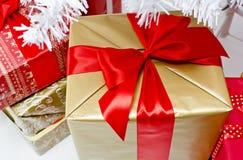 大家庭的圣诞节礼物 免版税库存照片