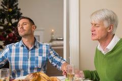 大家庭说雍容在圣诞晚餐前 免版税库存照片
