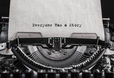 大家有被键入的一个故事在一台老葡萄酒打字机的词 免版税库存图片