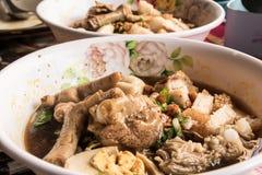大家的面条有腿的鸡食物在泰国 免版税库存图片