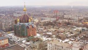 大寺庙在冬天城市的中心 鸟瞰图 股票录像