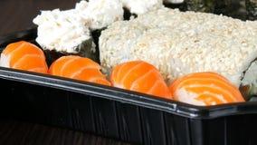 大寿司设置了与各种各样的寿司卷以及maki, nigiri, gunkan在时髦的黑背景 接近 股票视频