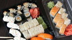大寿司设置了以寿司卷品种, maki, nigiri, gunkan在时髦的黑暗的背景 酱油和竹子 股票视频