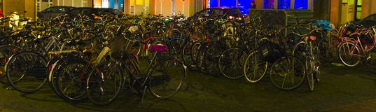 大小组在夜间的自行车在街道上 免版税库存照片