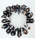 大小组坐在业务会议上的商人 免版税图库摄影