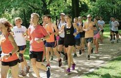 大小组慢跑者在蒂尔加滕公园在柏林 库存照片