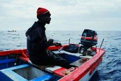 大小组狩猎的地方渔夫黄色飞翅金枪鱼或其他猎鱼的在传统小船或充气救生艇 免版税库存照片