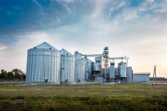 大小组粮食干燥机复杂为干燥麦子 现代五谷 库存图片