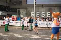 大小组赛跑者聚集户外参加2018年9月9日的每年米斯克半马拉松 库存照片