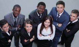 大小组高的看法不同种族的商人smil 库存照片