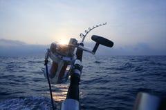 大小船深捕鱼比赛海运 库存照片