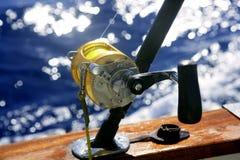 大小船深捕鱼比赛海运 免版税库存图片