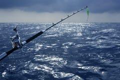 大小船深捕鱼比赛海运 免版税图库摄影