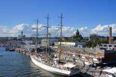 大小船赫尔辛基航行 免版税库存照片