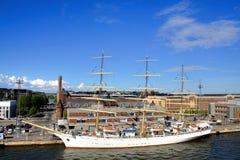 大小船赫尔辛基航行 库存图片