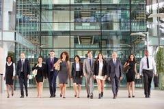 大小组一个大笔生意的大厅的商人 免版税库存图片
