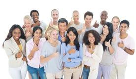 大小组不同种族人微笑 免版税库存照片