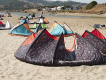 大小组在塔里法角的海滩的风筝 免版税库存照片