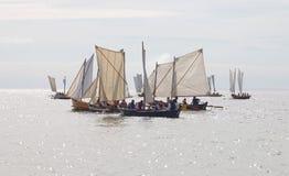 大小组在混乱情况的小,老帆船 免版税库存照片