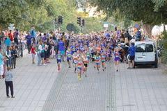 大小组连续女孩和男孩蓝色的 免版税图库摄影