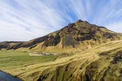 大山在惊人的蓝天下 库存图片