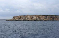 大岩石和地中海,蓝色盐水湖,戈佐岛,马耳他, 4k共和国 库存照片