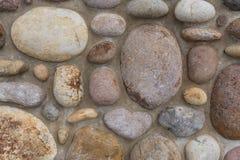 大岩石和水泥防波堤 免版税库存照片