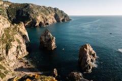 大岩石在海滩和在海洋,葡萄牙 库存照片