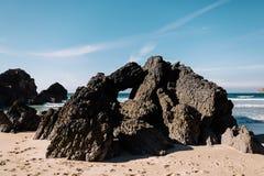大岩石在海滩和在海洋,葡萄牙 库存图片