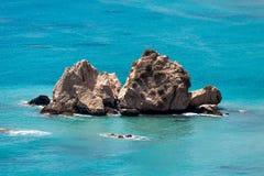 大岩石在美之女神附近的地中海在塞浦路斯海岸晃动 库存图片