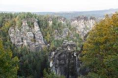 大岩石山在绿色森林里在夏日 免版税库存照片