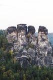 大岩石山在绿色森林里在夏日 免版税库存图片